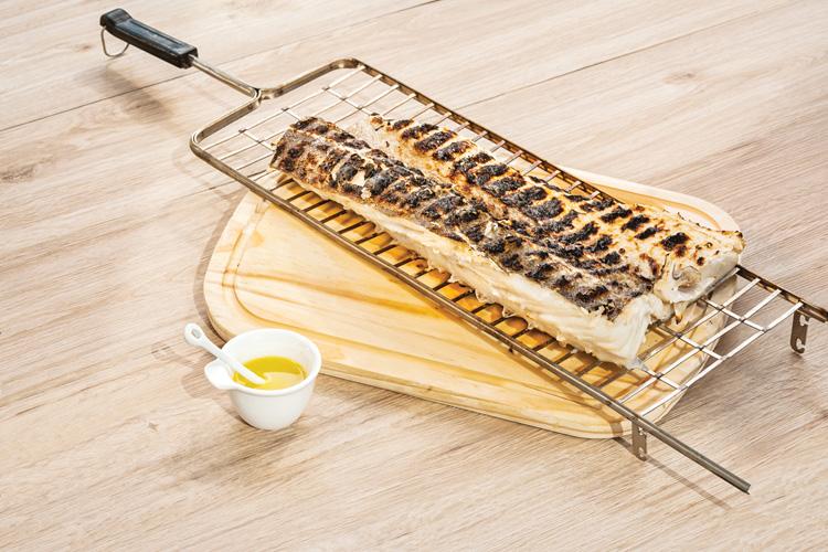 Bacalhau assado na brasa com azeite de alho