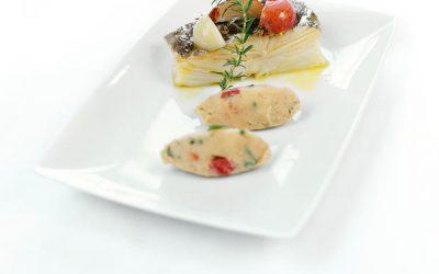 Bacalhau cozido com cebolas, sobre puré de grão, tomate e ervinhas do Alentejo