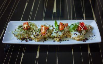Bruschetta de bacalhau com tomate e pesto