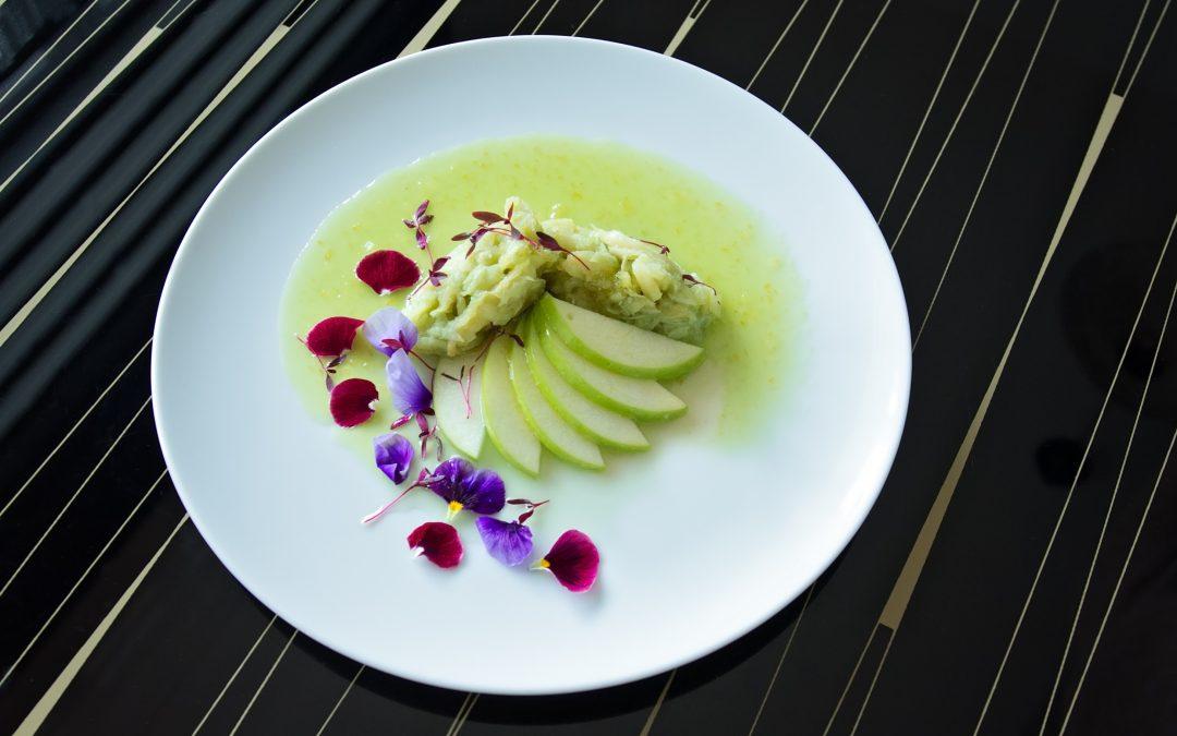 Salada de Bacalhau marinado com lima e algas acompanhado de maçã verde