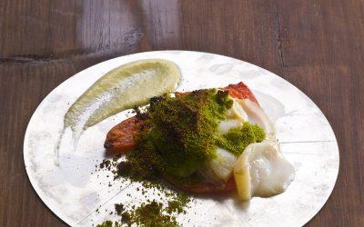 Bacalhau assado em azeite com emulsão do molho e farofa de azeitonas verdes