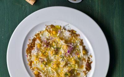 Carpaccio de Bacalhau,salada de grão , salsa fresca e broa de milho